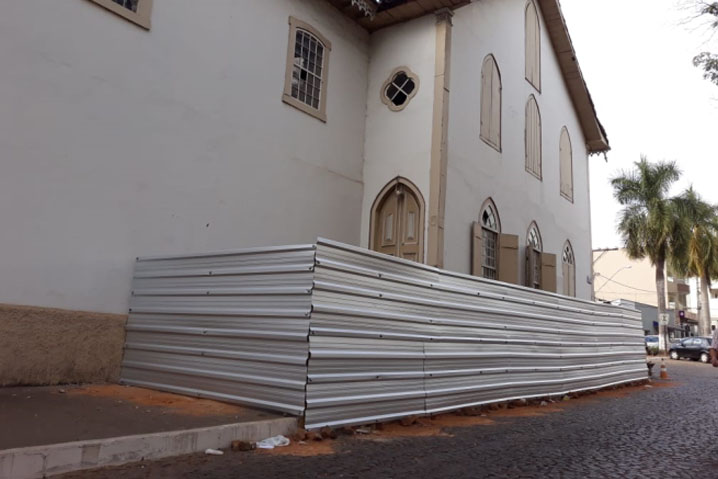 Calçada da Igreja Matriz São Miguel começa a ser isolada para a reforma.